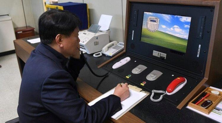Un funcionario surcoreano revisa el sistema civil de comunicaciones