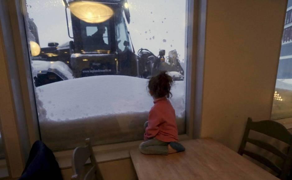 Una niña refugiada mira por la ventana en la estación de esquí de Riksgransen, Suecia. (Reuters)