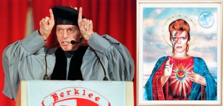 """Diablo y Santo: en 1999 durante un acto de graduación de la Berklee College of Music. A su lado, la ilustración """"Saint Bowie"""" de Dirty Lola"""