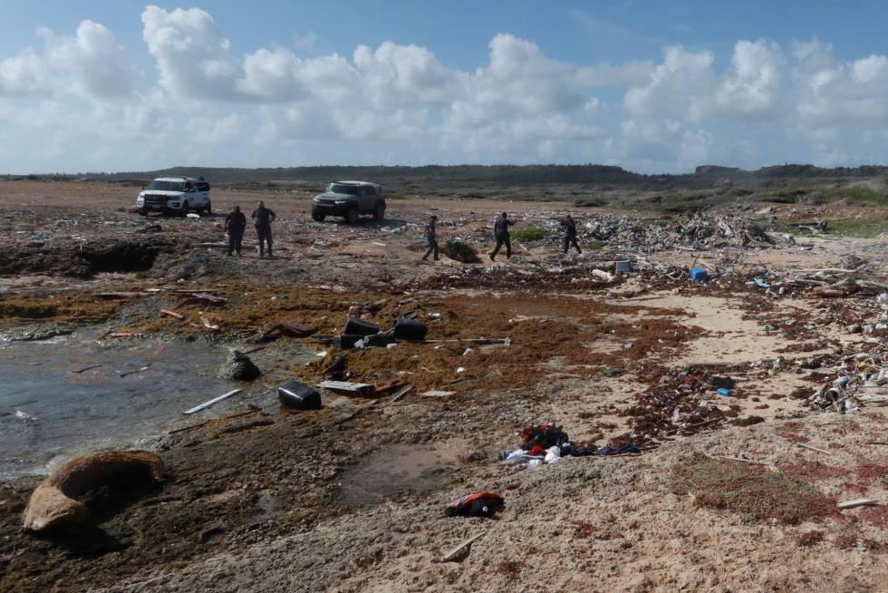 Agentes policiales revisan los restos de la embarcación donde murieron los cuatro venezolanos, en Curazao.
