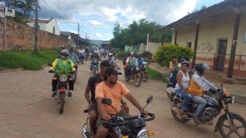 Una caravana de motos al cierre del paro/Foto: Límber Cambará