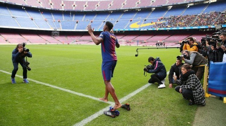 Yerry Minaingresó descalzo al Camp Nou por una creencia religiosa(Reuters)