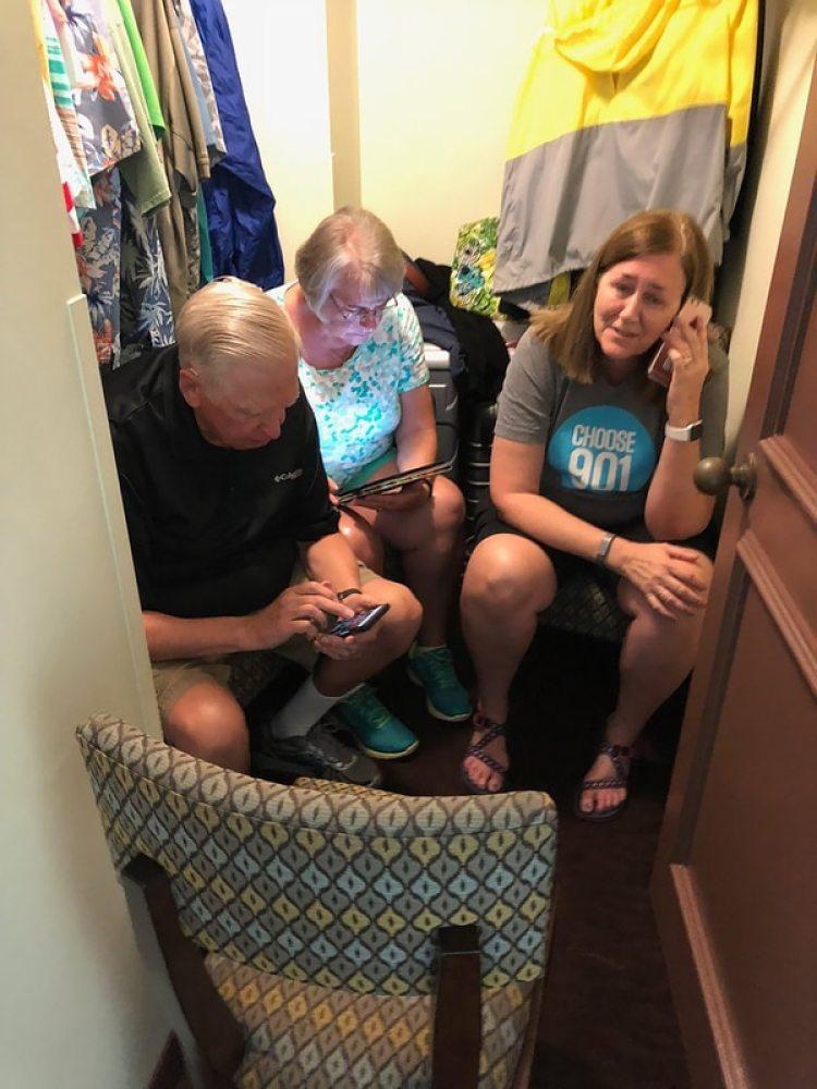 Una familia buscando refugio en Hawaii tras las alertas