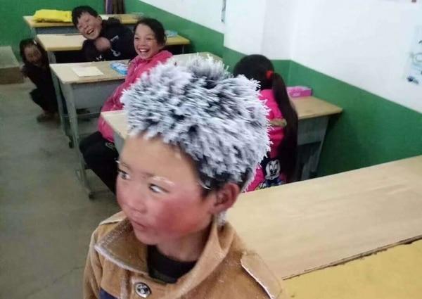 Estudiante asiático llega a clase con el cabello