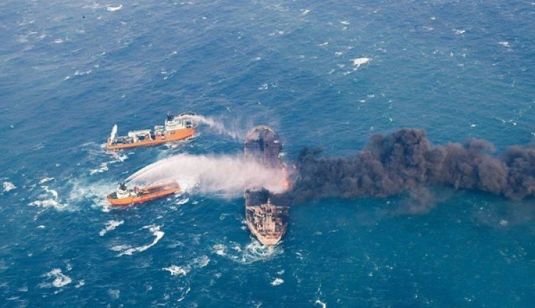 Naves intentan apagar el incendio del buque, sin hallar sobrevivientes (Reuters)