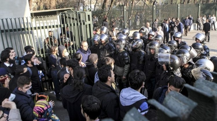Policías antidisturbios bloquean a estudiantes que se manifestaban en Teherán (AP)