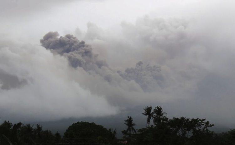 Erupción de cenizas vistas de la ciudad de Legazpi (AP Photo)