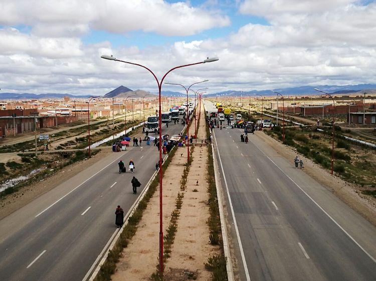 Vecinos en Oruro, instalaron varios puntos de bloqueo en la carretera Oruro – La Paz. Piden la construcción de un sistema de alcantarillado. Foto: Juan Mejía