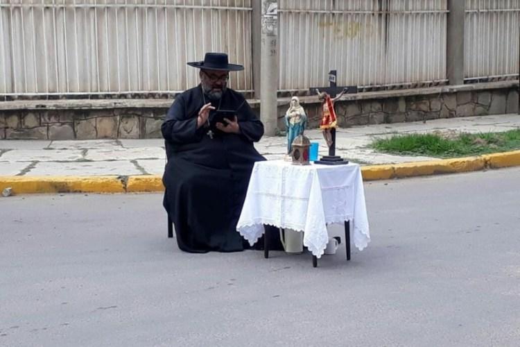 Se viraliza la imagen del sacerdote que bloquea en Cochabamba