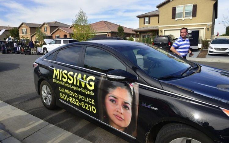 Rosenberg Salgado baja de su vehículo con la foto de su nietaElizabeth Laguna (AFP)