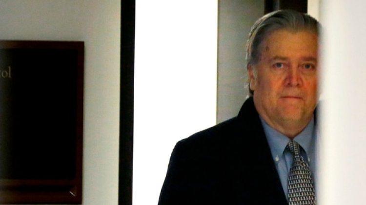 El ex asesor de Donlad Trump Stephen Bannon al llegar a la audiencia sobre la injerencia rusa en en Congreso de Estados Unidos (Reuters)