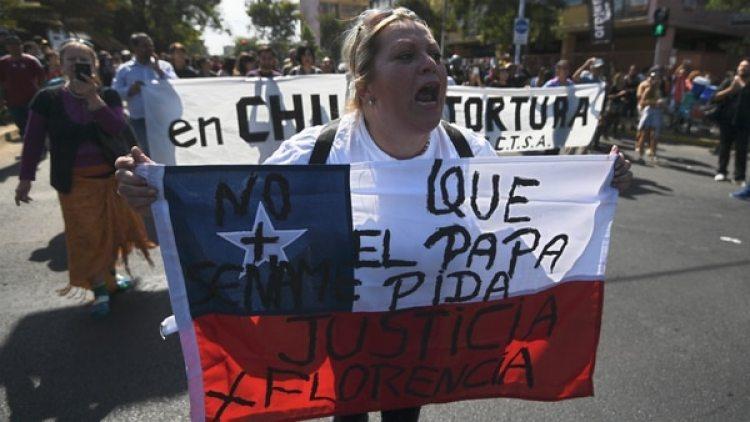 Una mujer protesta ante la llegada del papa Francisco a Chile. (AFP)