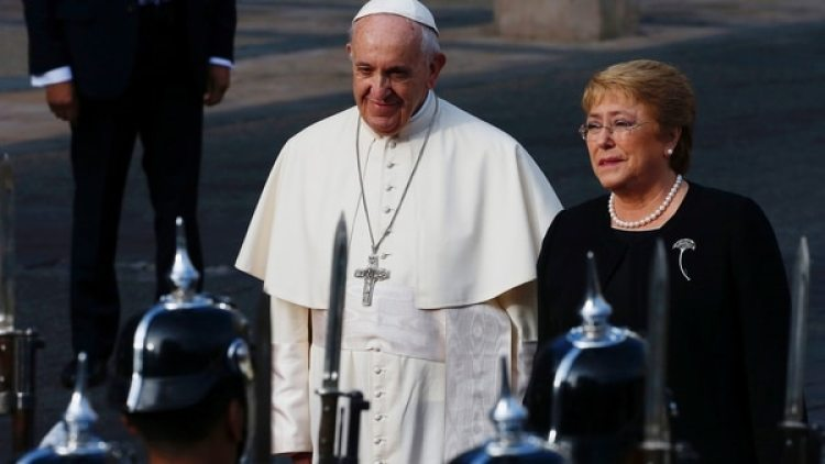 El papa Francisco junto a Michelle Bachelet (Reuters)