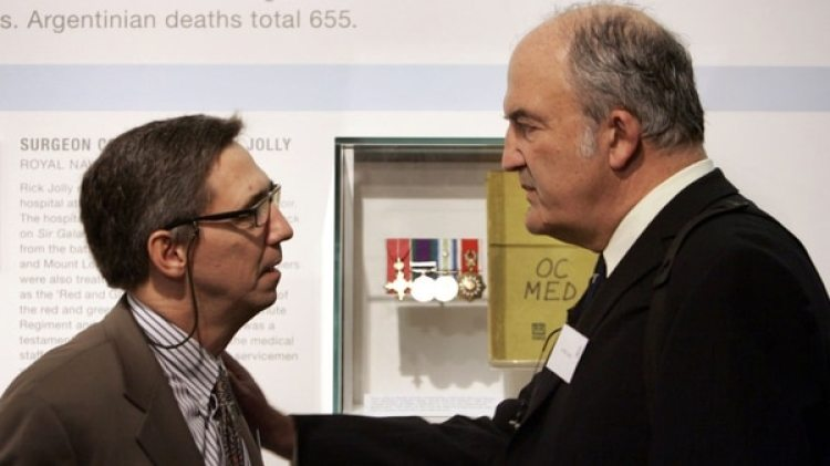 Rick Jolly (derecha) con Diego García Quiroga, oficial naval argentino, durante un emotivo encuentro en 2007 (AP)
