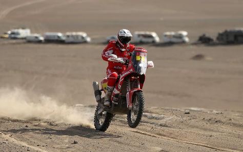 El piloto español Gerard Farres Guell compite durante la quinta etapa del Rally Dakar 2018 este miércoles 10 de enero de 2018, en el desierto de Marcona (Perú). Foto: EFE