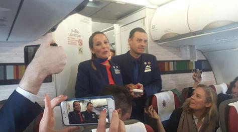 Los tripulantes del vuelo Carlos Ciuffardi (d) y Paula Podest Ruiz (i), tras ser casados por el papa Francisco