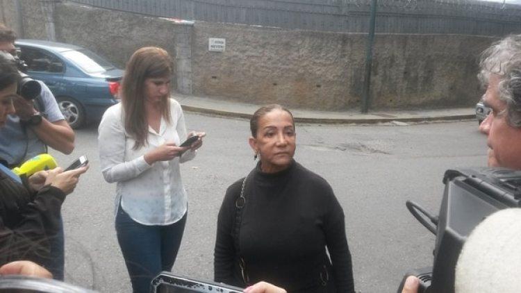 La tía de Óscar Pérez se trasladó este miércoles hacia la morgue de Bello Monte para exigir la entrega del cuerpo de su sobrino