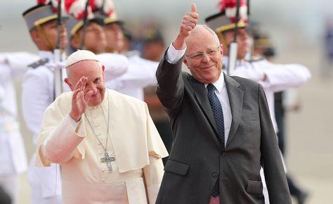 El papa Francisco y el mandatario peruano Pedro Pablo Kuczynski en el aeropuerto de Lima