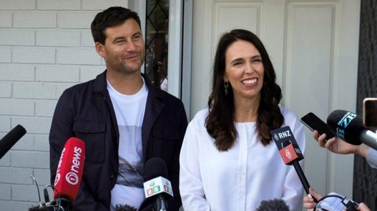 Jacinda Ardern y su pareja, Clarke Gayford, anunciaron que esperan su primer hijo (AFP PHOTO / Diego OPATOWSKI)