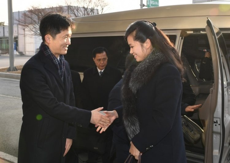 Hyon Song-Wol es recibida por un funcionario cerca a la Zona Desmilitarizada que divide a la península coreana