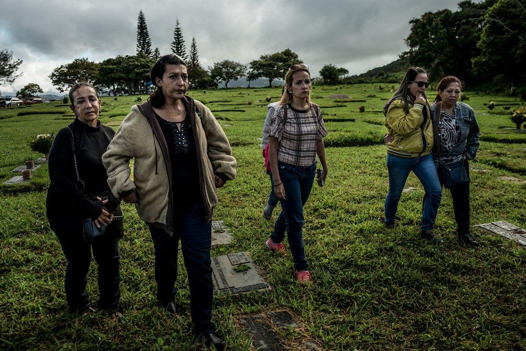 A la izquierda, Aura Pérez, tía de Óscar Pérez, caminando hacia el sitio del entierro. Ella recibió el cuerpo de la morgue porque es la familiar más cercana que todavía permanece en Venezuela. Credit Meridith Kohut para The New York Times