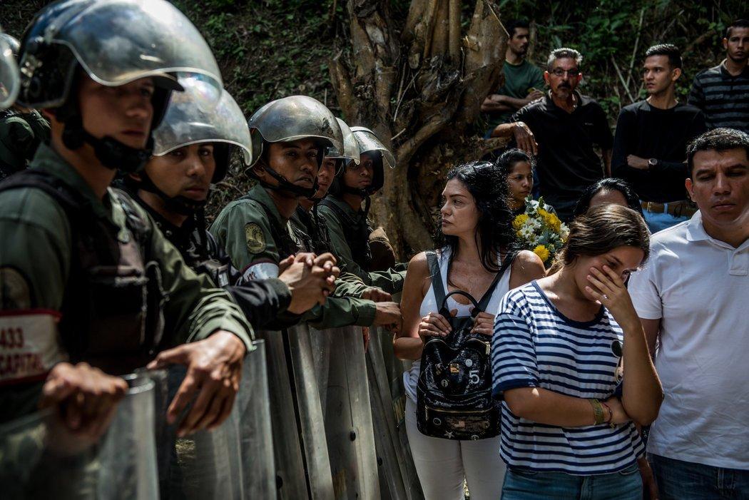 Las fuerzas de seguridad del gobierno impidieron el paso a algunos venezolanos al lugar del funeral de José Alejandro Díaz Pimentel y Abraham Agostini. Credit Meridith Kohut para The New York Times
