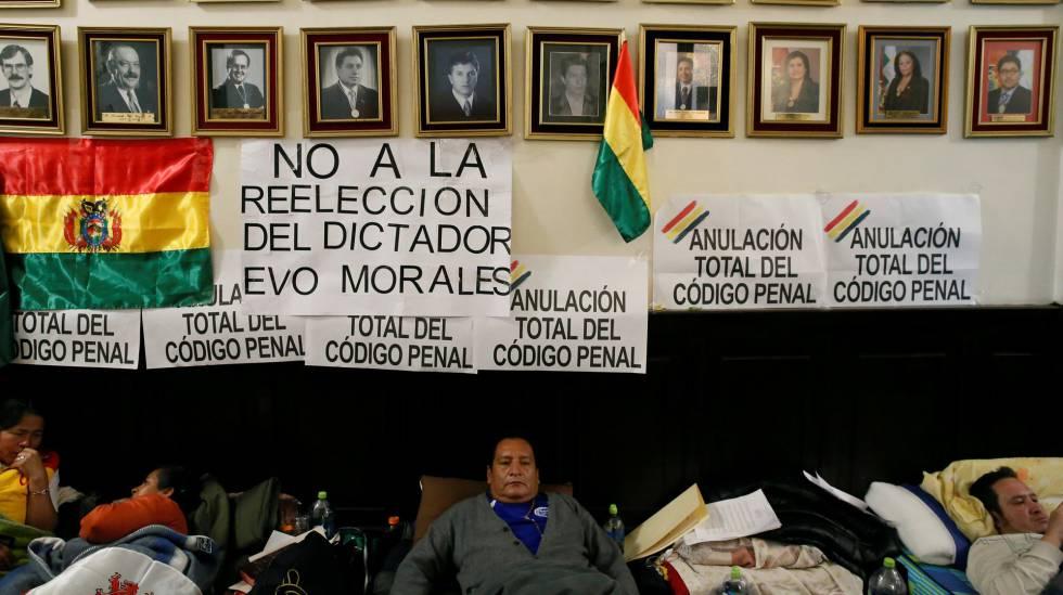 Diputados bolivianos durante una huelga de hambre para pedir l´abrogación del nuevo código penal, en La Paz, el pasado 17 de enero.