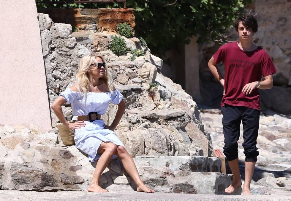 Pamela Anderson con su hijo Dylan Jagger en Saint-Tropez, el pasado verano.