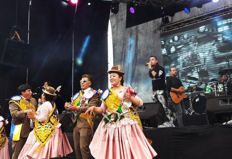 Los pasantes de la morenada Fanáticos bailan al son del tema éxito del grupo Elefante: Así es la vida. Foto: Miriam Chávez