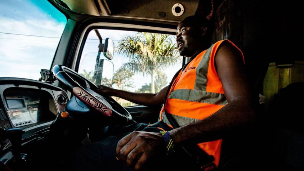 Gran parte de la vida diaria de un camionero transcurre haciendo cola o esperando un permiso. Para Sulubu, el tiempo de espera es una situación corriente en la que apenas parece reparar.