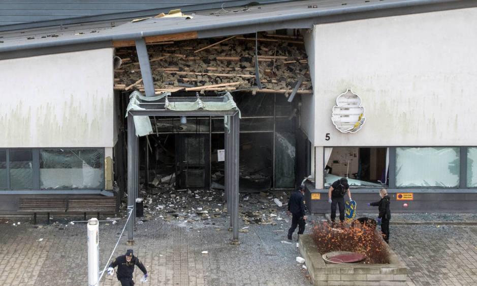 Vista de los daños en una comisaría de policía en Helsingborg atacada con una bomba, el 17 de octubre de 2017. (Reuters)