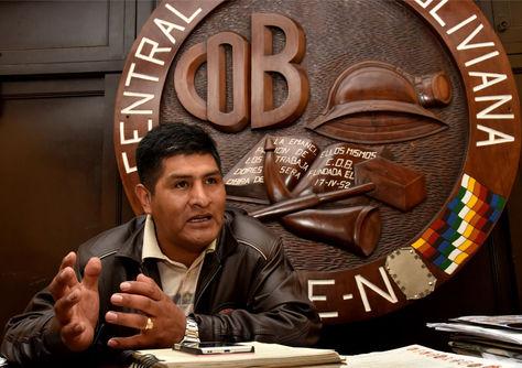 El secretario ejecutivo de la Central Obrera Boliviana, Guido Mitma, en su despacho durante la entrevista con La Razón. Foto: José Lavayén