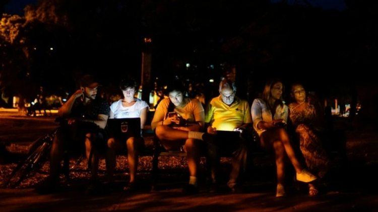 Cubanos se conectan a la red wifi en un parque de La Habana (Reuters/Alexandre Meneghini)