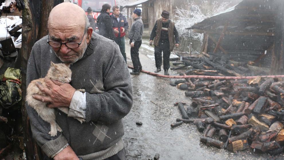 La imagen que emociona al mundo: un anciano llora junto a su gata tras incendiarse su casa y quedarse sin nada