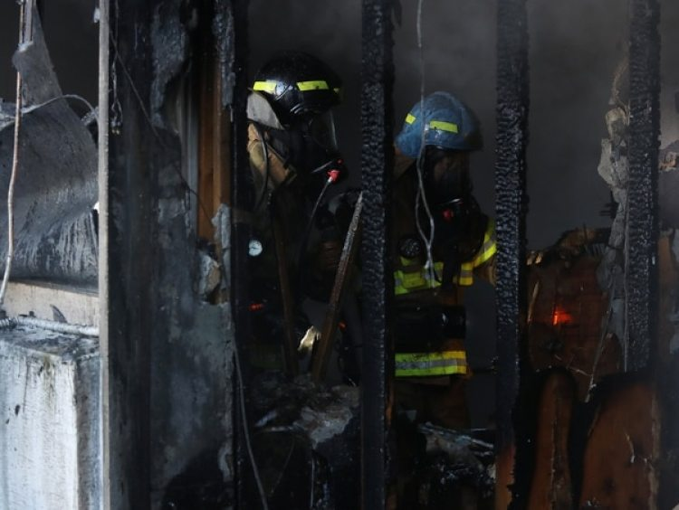 El cuerpo de bomberos trabaja dentro del hospital. (Reuters)