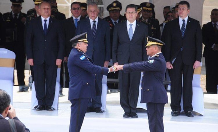 En esta imagen, tomada el 15 de enero de 2018, el presidente de Honduras, Juan Orlando Hernández (segundo por la derecha en la fila de atrás), durante la ceremonia de cambio de mando entre el nuevo jefe de la policía nacional, José David Aguilar Morán (izquierda), y su antecesor, el general Félix Villanueva en Tegucigalpa, Honduras. El nuevo jefe de la Policía Nacional hondureña facilitó al libre tránsito de cargamentos de cocaína, según un informe confidencial del propio gobierno obtenido por la AP.