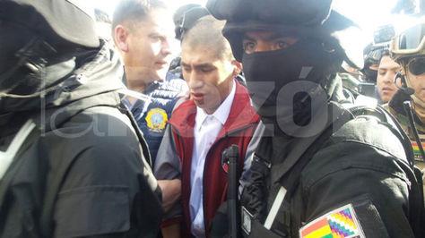 Llegada de Eliot a la Brigada Aérea de la FAB en Alto bajo un operativo policial para su traslado a La Paz.