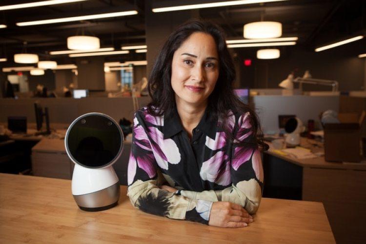 Cynthia Breazeal, ingeniera robótica junto al robot en Jibo Inc., en Boston (The Washington Post / Matthew Cavanaugh)