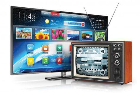 Un televisor moderno que recibe señal digital y otro que tiene sistema analógico.