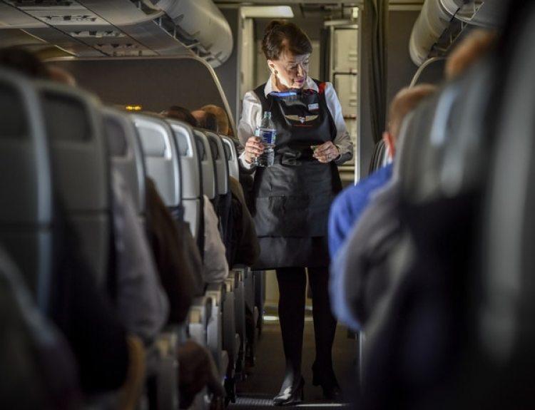 Bette Nash haciendo el control rutinario a los pasajeros que viajan en cabina (The Washington Post / Bill O'Leary)