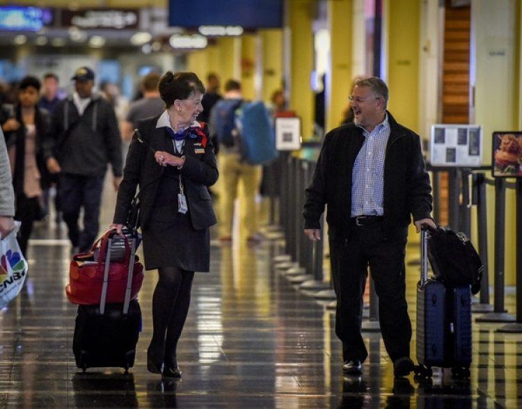 La asistente de vuelo Bette Nash (izquierda) habla con un pasajero habitual en uno de los pasillos del aeropuerto (The Washington Post / Bill O'Leary)