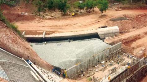 La presa Caiguami – Chimeo cuando estaba en construcción. Foto: Separata del Ministerio de Comunicación de abril de 2017