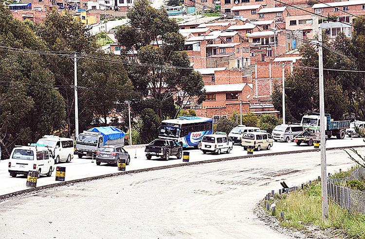 Obras. Vehículos transitan por el pavimento nuevo. Foto: Pedro laguna