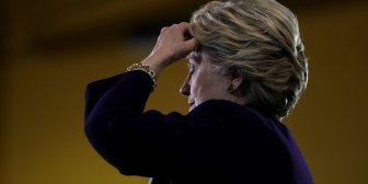 Tras ser acusada de encubrimiento, Hillary Clinton lamentó no haber despedido a un miembro de su equipo acusado de acoso sexual