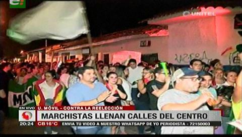 Marcha de expromociones llenan las calles cruceñas en rechazo al Código Penal