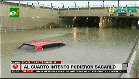Luego de cinco horas logran remolcar vehículo atrapado en el túnel El Trompillo