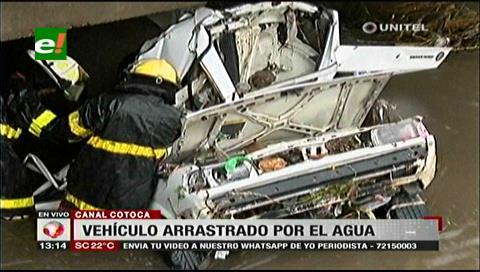 Intensa lluvia en Santa Cruz: Auto estacionado cae al canal Cotoca arrastrado por la corriente
