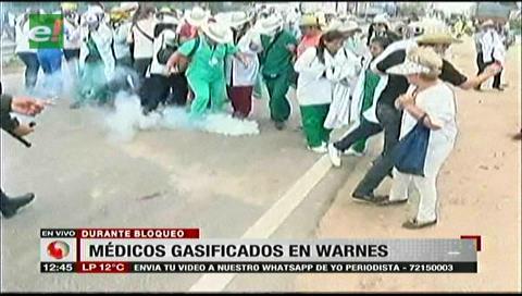 Warnes: Policías gasifican a los médicos cuando hacían una cadena humana