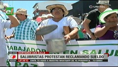 Santa Cruz: Salubristas cerraron una calle demandando el pago de sus sueldos