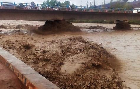 El fuerte torrente del río Tupiza pone en riesgo la estabilidad de varios puentes de esa urbe.